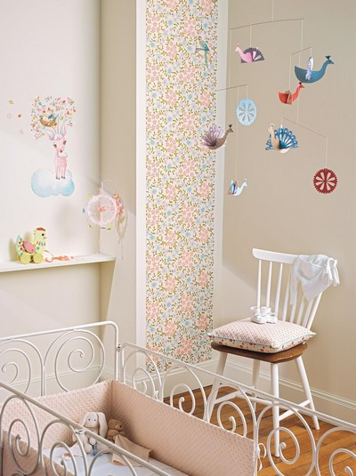 Mobile paons djeco for Mobile chambre bebe