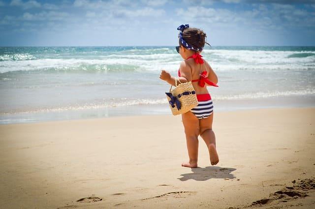 image bébé fille à la plage